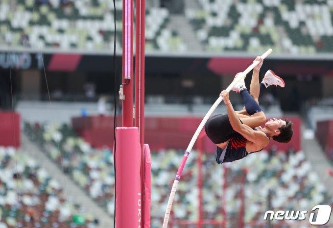[사진] 진민섭 '5.65m 나와의 싸움'