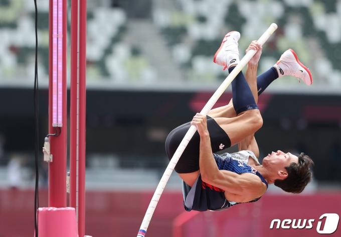 육상 진민섭이 31일 오전 일본 신주쿠 올림픽스타디움에서 열린 '2021 도쿄올림픽' 남자 장대높이뛰기 예선 경기에서 5.65m에 도전하고 있다 2021.7.31/뉴스1 © News1 이재명 기자