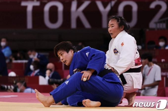 한국이 2020 도쿄 올림픽 유도 혼성 단체전 16강 몽골과의 경기에서 패했다.  사진은 여자 70㎏급 경기에 나선 김성연의 모습. © AFP=뉴스1