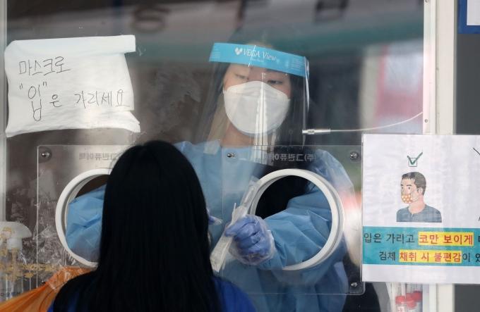 코로나 4차 대유행에 위중증 환자 폭증… 국내 확진자 1539명