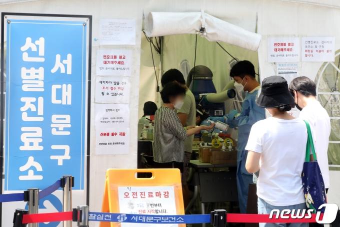 지난 30일 서울 서대문보건소에 마련된 신종 코로나바이러스 감염증(코로나19) 선별진료소에서 시민이 검사를 기다리고 있다./뉴스1 © News1 황기선 기자