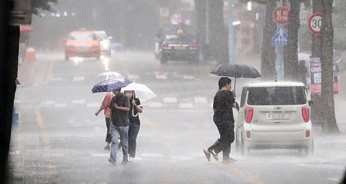 오늘은 서울을 포함한 전국 대부분 지역에 비가 내린다. 습도가 높아 낮 최고 기온 33도를 웃도는 무더위가 이어진다./사진=뉴시스
