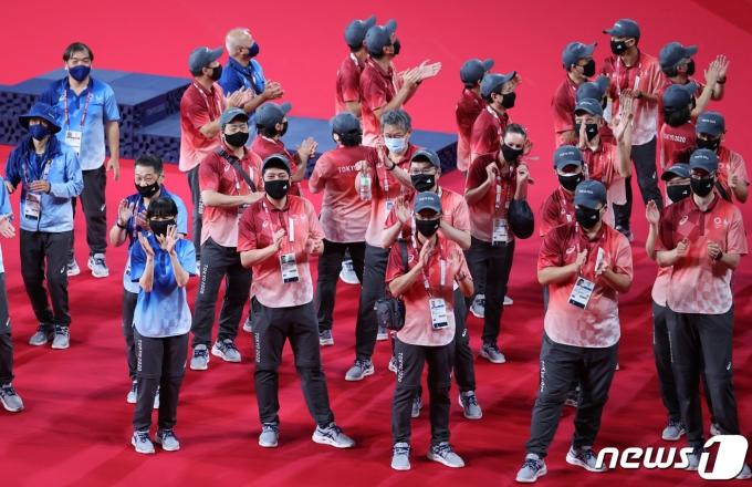 [사진] 박수치는 도쿄올림픽 관계자들