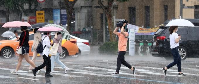 오늘은 서울을 포함한 전국 대부분 지역에서 비가 내린다. 일부 지역은 기온이 떨어질 수 있으나, 습도가 높아 대부분 지역의 체감온도가 33도 이상 오를 것으로 보인다. /사진=뉴시스