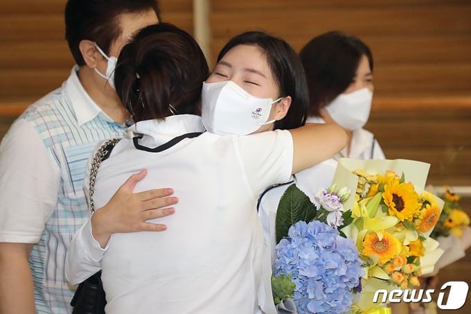 [사진] 어머니와 포옹하는 김민정