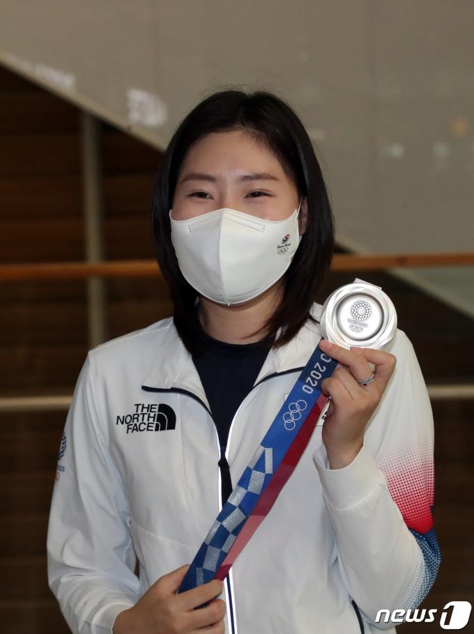 [사진] 은메달 들어보이는 김민정