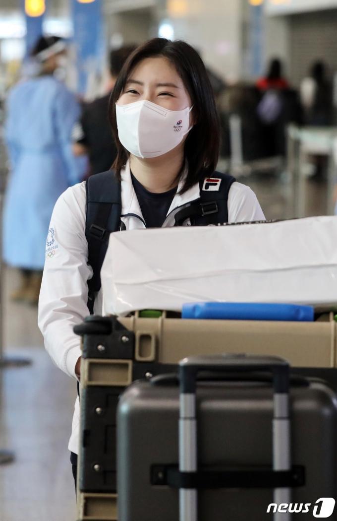 [사진] 미소 보이며 귀국하는 김민정