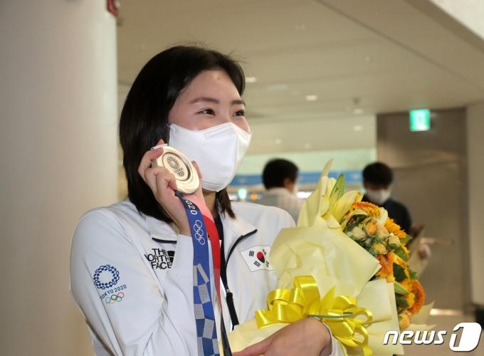 [사진] 여자 사격 25m 권총 '은메달' 김민정 귀국