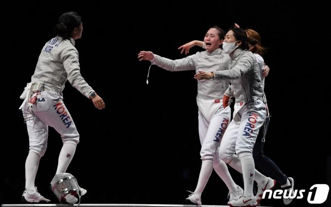 한국 여자 사브르대표팀이 31일 2020 도쿄 올림픽 여자 사브르 단체전 동메달 결정전에서 이탈리아에 승리한 뒤 기뻐하고 있다. © AFP=뉴스1