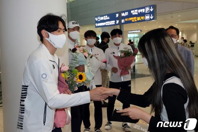 [사진] 팬과 악수 나누는 박상영