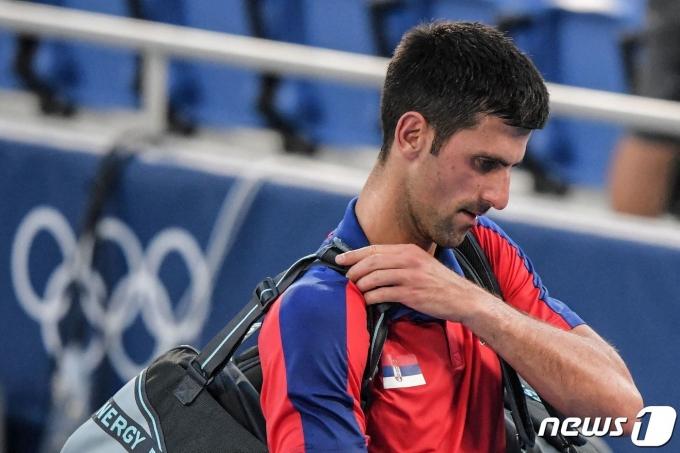 도쿄 올림픽 테니스 남자 단식 동메달 결정전에서 패한 노박 조코비치가 어깨 부상을 당했다. © AFP=뉴스1