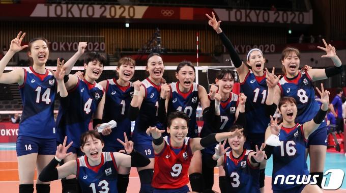 31일 저녁 일본 도쿄 아리아케 아레나에서 열린 '2020 도쿄올림픽' 여자 배구 A조 조별리그 4차전 대한민국과 일본의 경기에서 승리를 한 대한민국 선수들이 환호하며 기뻐하고 있다. 이날 한국은 일본을 상대로 세트스코어 3대2로 승리했다. 2021.7.31/뉴스1 © News1 송원영 기자