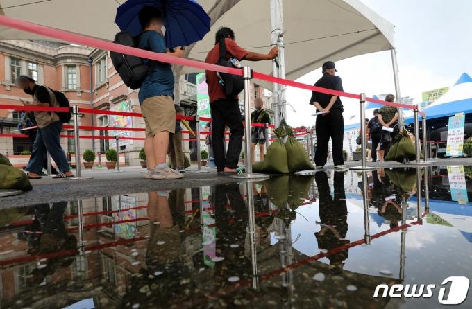 31일 오전 서울 중구 서울역 광장에 마련된 코로나19 임시선별검사소를 찾은 시민들이 길게 줄지어 대기하고 있다. 2021.7.31/뉴스1 © News1 박정호 기자