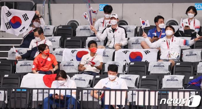 [사진] 올림픽 배구 한일전 '응원도 이겼다'