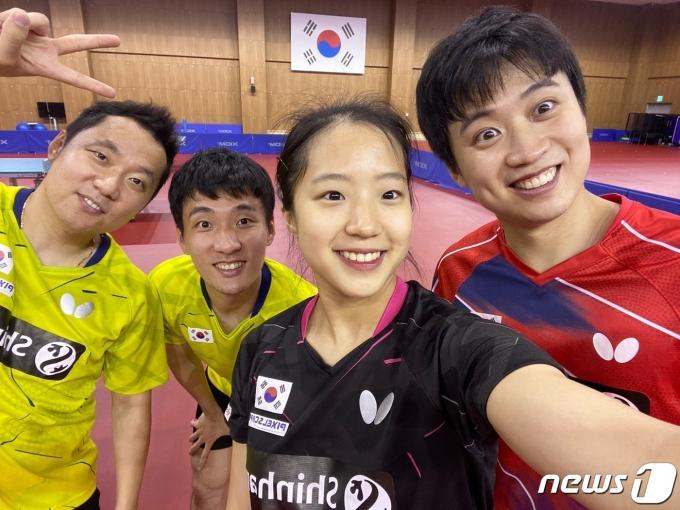신유빈(왼쪽에서 세 번째)과 조언래 코치(왼쪽에서 첫 번째) 등 코칭스태프(조언래 코치 제공)© 뉴스1