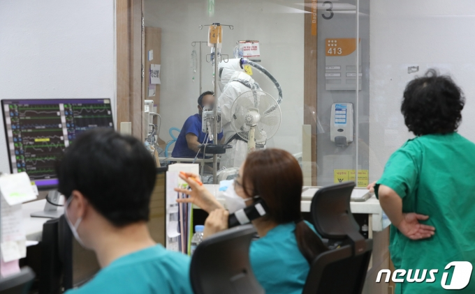 코로나19 거점 전담병원인 경기도 평택시 박애병원에서 간호사들이 환자를 돌보고 있다./뉴스1 © News1 김영운 기자