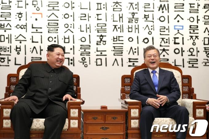 김정은 북한 조선노동당 총비서(왼쪽)와 문재인 대통령. 2018.4.27/뉴스1 © News1 한국공동사진기자단
