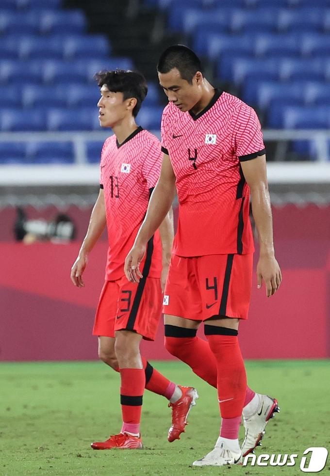 대한민국 박지수(오른쪽)과 김진야가 31일 오후 일본 요코하마 국제경기장에서 열린 '2020 도쿄올림픽' 대한민국과 멕시코의 8강 축구경기에서 전반전을 마친 후 경기장을 나서고 있다. 2021.7.31/뉴스1 © News1 이재명 기자