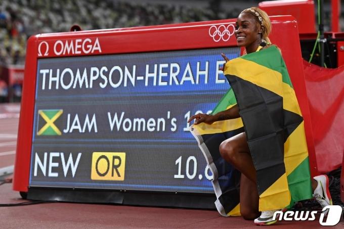 올림픽 여자 100m 신기록을 세운 일레인 톰슨-헤라(자메이카) © AFP=뉴스1