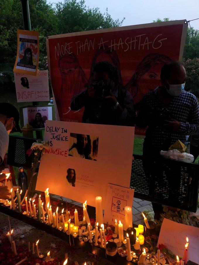 청혼을 거절했다는 이유로 어릴 적 친구로부터 참수 살해를 당한 파키스탄 여성 누르 무카담(27)을 추모하는 공간이 수도 이슬라마바드에 마련됐다. (트위터 갈무리) © 뉴스1