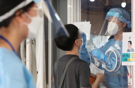 서울역 광장 임시 선별검사소에서 한 시민이 코로나19 검사를 받고 있다. /사진=뉴스1