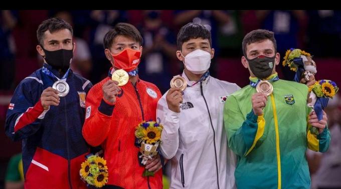 지난달 31일 2020도쿄올림픽 조직위원회는 조지아 유도 선수 바자 마르그벨라슈빌리와 라샤 샤브다투아슈빌리가 선수촌을 무단 이탈해 관광에 나서 퇴출했다고 밝혔다. 사진은 마르그벨라슈빌리가 시상대엔 선 모습(왼쪽)으로 그는 안바울(오른쪽에서 두 번째)을 준결승에서 꺾은 바 있다. /사진=마르그벨라슈빌리 인스타그램