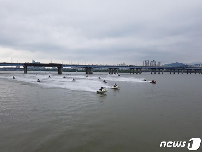 서울 한강공원에서 수상레저활동을 하는 모습.(서울시 제공)© 뉴스1