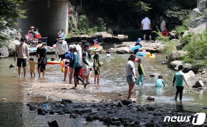 7월 30일 오후 경기도 양주시 송추계속을 찾은 시민들이 물놀이를 하며 즐거운 시간을 보내고 있다. 2021.7.30/뉴스1 © News1 박세연 기자