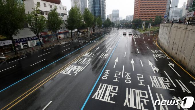 수도권에 사회적 거리두기 4단계가 시행 중인 1일 오전 서울 서대문구의 도로가 한산한 모습을 보이고 있다. 2021.8.1/뉴스1 © News1 조태형 기자