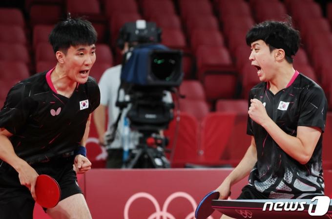 남자 탁구 대표팀 이상수와 정영식이 1일 오전 일본 도쿄체육관에서 열린 '2020 도쿄올림픽' 남자 탁구 단체전 슬로베니와의 경기에서 공격에 성공한 후 기뻐하고 있다. 2021.8.1/뉴스1 © News1 이재명 기자
