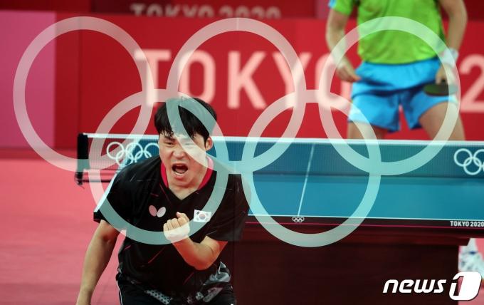 남자 탁구 대표팀 장우진이 1일 오전 일본 도쿄체육관에서 열린 '2020 도쿄올림픽' 남자 탁구 단체전 슬로베니와의 경기에서 공격에 성공한 후 환호하고 있다. (다중노출 촬영) 2021.8.1/뉴스1 © News1 이재명 기자