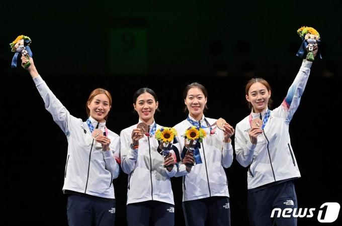 도쿄 올림픽 펜싱 여자 사브르 단체전에서 동메달을 딴 여자 사브르대표팀.© AFP=뉴스1