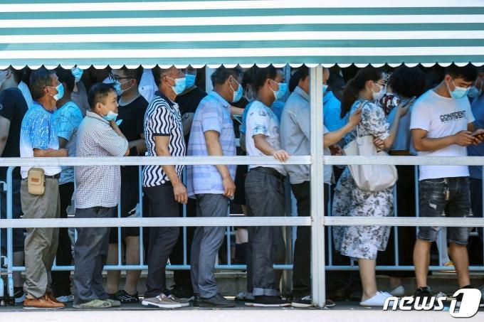 21일 (현지시간) 중국 장쑤성 난징에서 주민들이 코로나19 핵산 검사를 받기 위해 줄을 서 있다. © AFP=뉴스1 © News1 우동명 기자