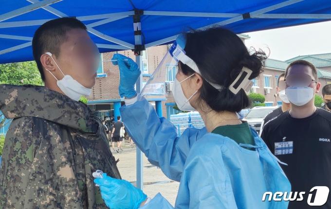 의료진들이 장병들을 대상으로 코로나 검사를 하고 있다. 2021.7.8/뉴스1 © News1 김기태 기자