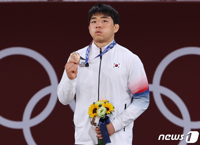 대한민국 유도 안창림이 26일 오후 일본 도쿄 지요다구 무도관에서 열린 '2020 도쿄올림픽' 73kg 유도 남자 시상식에서 동메달을 목에 걸고 있다. 2021.7.26/뉴스1 © News1 이재명 기자