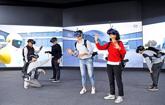 2019년부터는 가상현실(VR) 기술을 활용해 가상공간에서 자동차 디자인을 평가하고 수정하는 세계 최대 규모의 VR 디자인 품평장을 마련했다. /사진제공=현대차그룹