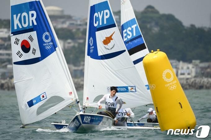 한국 요트 사상 최초로 올림픽 메달 레이스에 진출한 하지민. © AFP=뉴스1