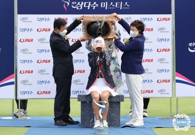 [사진] 오지현 '시원한 우승 세리머니'