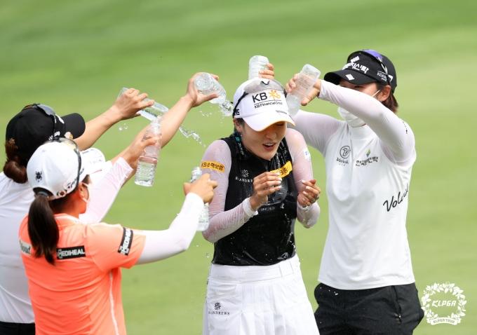 [사진] 우승 축하 물세례 받는 오지현