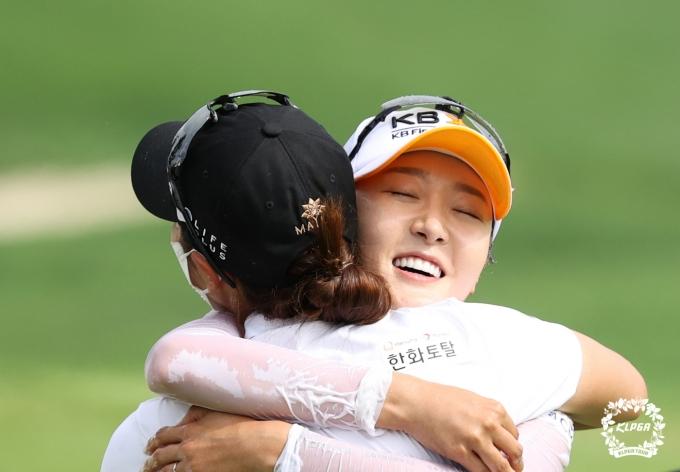 [사진] 김지현과 포옹하는 오지현