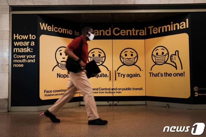 마스크를 쓴 한 남성이 미국 뉴욕 맨하튼 그랜드센트럴터미널 앞을 지나고 있다. 2021.07.27 © AFP=뉴스1