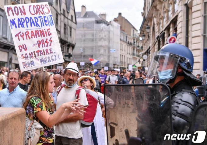 프랑스에서 시민들이 코로나19 백신 접종 증명서인 '헬스 패스' 도입을 반대하는 시위를 하고 있다. 2021.07.31 © AFP=뉴스1