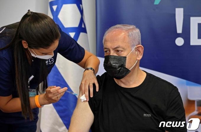 이스라엘 중서부 텔아비브에서 벤자민 네타냐후 이스라엘 전 총리가 30일(현지시간) 코로나19 백신인 화이자 3회분을 접종하고 있다. 2021.07.30 © AFP=뉴스1