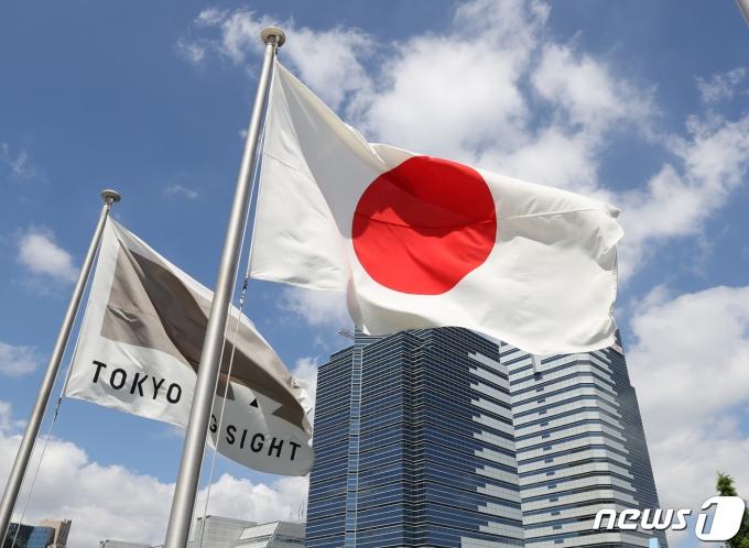 2020 도쿄올림픽 개막을 닷새 앞둔 18일 도쿄 올림픽 메인미디어센터에서 일본국기가 바람에 나부끼고 있다. 2021.7.18/뉴스1 © News1 송원영 기자