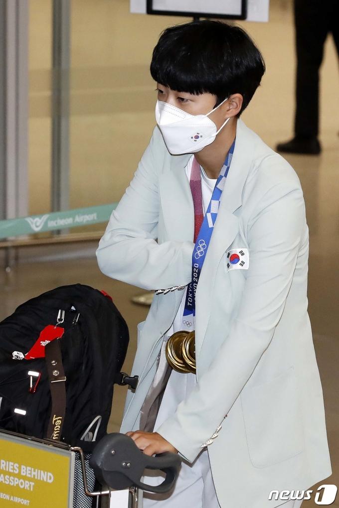 [사진] 귀국하는 양궁 안산 '메달은 여기 있고 여권은'