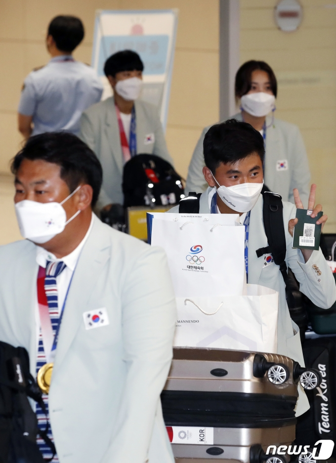 [사진] 귀국하는 양궁 국가대표 '막내 김제덕의 브이'