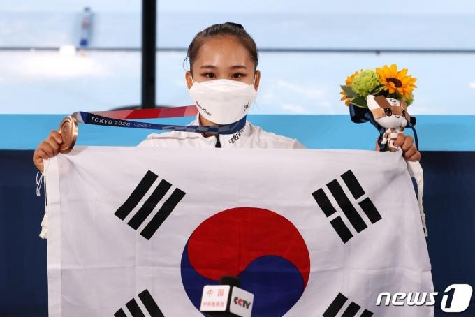 대한민국 체조 여서정이 1일 오후 일본 도쿄 아리아케 체조경기장에서 열린 '2020 도쿄올림픽' 여자 도마 결승에서 동메달을 거머쥐고 기뻐하고 있다. 2021.8.1/뉴스1 © News1 이재명 기자