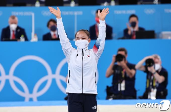 대한민국 체조 여서정이 1일 오후 일본 도쿄 아리아케 체조경기장에서 열린 '2020 도쿄올림픽' 여자 도마 결승에서 동메달을 확정짓고 시상대에 오르고 있다. 2021.8.1/뉴스1 © News1 이재명 기자