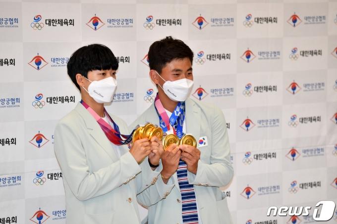 [사진] 안산·김제덕 '나란히 메달 들고'