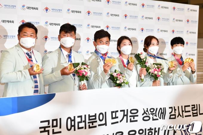 [사진] 귀국한 양궁 대표팀 '메달 들고'